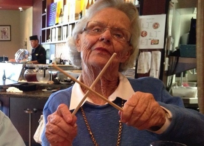 Jo Ann shows us all how to prepare your chopsticks by rubbing them together.